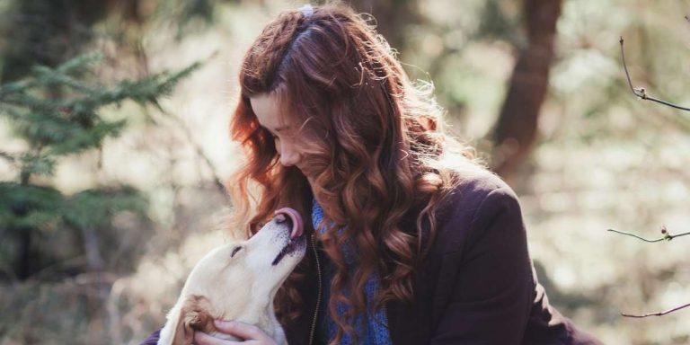 frau hund mit dem eigenen Tier kommunizieren lernen online kurs grundlagen tierkommunikation lernen